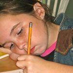 niña-zurda-escribiendo